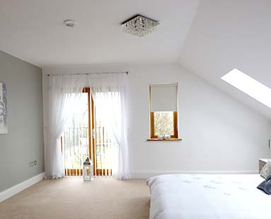 witte egale muren in slaapkamer