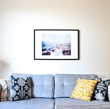 witte gladde muur met schilderij